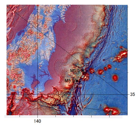 図118.日本海溝で衝突している第一鹿島海山の両脇で2013年12月23日に起こったM5.9とM5.3の震央.  富士山よりもはるかに巨大な第一鹿島海山が太平洋プレートに載って日本海溝に衝突しながら沈み込んでいる.その両脇で2013年12月23日の15時57分にM5.9 p 42kmと18時11分にM5.5 P 59kmが起こった.